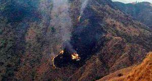 Islamabad.– Los equipos de rescate han recuperado 36 cadáveres de entre los restos del avión que se estrelló hoy con 48 personas a bordo en el norte de Pakistán, mientras continúan los trabajos de auxilio con pocas esperanzas de hallar supervivientes. La oficina de comunicación del Ejército (ISPR) informó en un comunicado de que han recuperado hasta el momento 36 cuerpos sin vida del lugar donde se estrelló la nave de la aerolínea estatal Pakistan International Airlines (PIA). Cerca de 500 soldados y médicos participan en las labores de rescate, detalló el departamento. El portavoz de la Autoridad Nacional de Gestión de Desastres, Ahmed Kamal, dijo a Efe que el avión está totalmente destruido y aseveró que es muy poco probable que haya supervivientes. El ATR-42 de PIA despegó de la norteña ciudad de Chitral rumbo a Islamabad a las 15.00 hora local (10.00 GMT) y perdió la comunicación con la torre de control en torno a una hora y veinte minutos más tarde. A las 16.42 (11.42 GMT) se estrelló en una colina el pueblo de Saddha Batolni, cerca de la localidad de Havelian, indicó la compañía en un comunicado. En la aeronave se encontraban 42 pasajeros, cinco miembros de la tripulación y un ingeniero de la aerolínea. El primer ministro, Nawaz Sharif, ordenó a las diferentes autoridades que presten todo su apoyo a los trabajos de rescate, así como a las familias de los afectados. El país asiático vivió en 2010 una de sus peores tragedias aéreas cuando 152 personas murieron en el accidente de un avión en Islamabad. Dos años más tarde, otro accidente de aviación acabó con la vida de 138 pasajeros cerca de la capital.