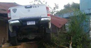 vehiculo-patrullero-de-la-PN-se-incrusta-en-puerto-plata