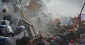 la-policia-usa-cañones-de-agua-en-una-manifestacion-contra-trump