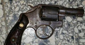 Mujer-entrega-a-PN-de-Tenares-pistola