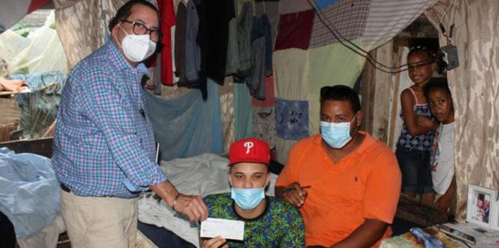 Amílcar hace aporte de 100 mil pesos para reparación de casa en Vista al Valle